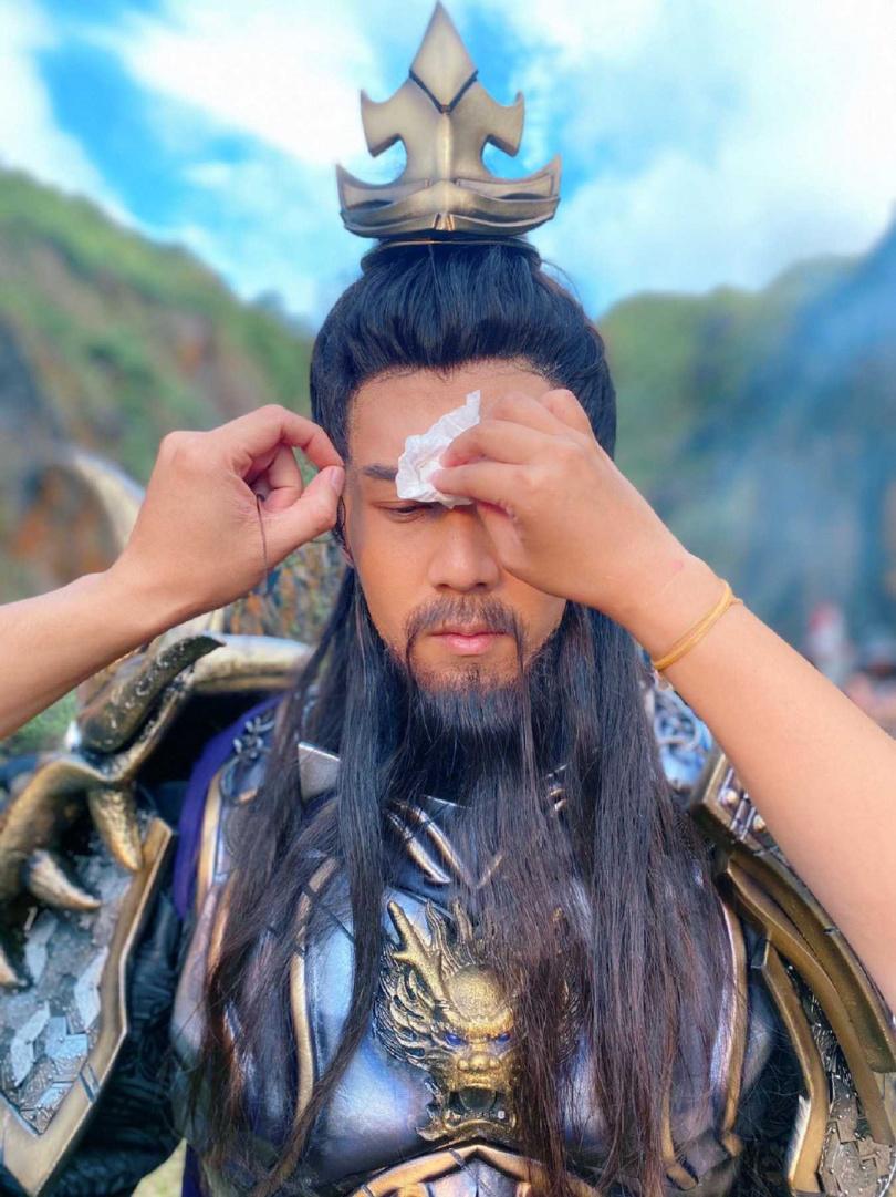 胡宇威為遊戲代言著古裝頂烈日耍40公斤關刀手癱軟。(圖/寶麗來國際娛樂提供)