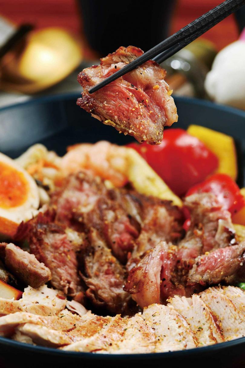 不管是牛肋還是雞胸,烹調前都會先經過醃漬與舒肥,讓「燒烤牛肋+優格雞胸」呈現最爽嫩的口感。(190元)(圖/于魯光攝)