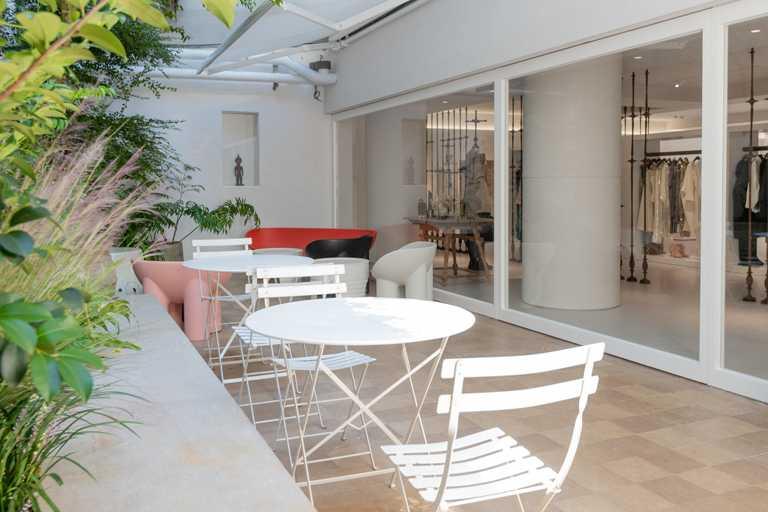 JAMEI CHEN大安概念店的戶外Café場域,仿若米蘭市中心的時尚藝文空間。(圖╱JAMEI CHEN提供)