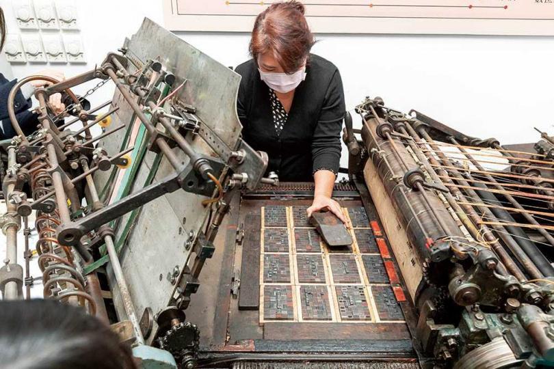 將鉛字版一一上桌,確認固定好就可以開始上墨印刷。(圖/林士傑攝)