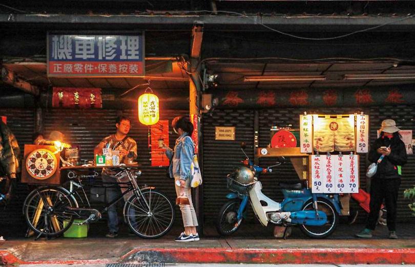清水巖祖師廟外側騎樓,2個特色小攤車「占地為王」。(圖/林士傑攝)