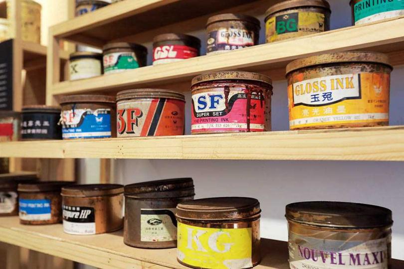 剝皮寮歷史街區的《百年城西》特展,可見如今罕見的活版印刷機,以及當年保留下的墨料罐。(圖/林士傑攝)