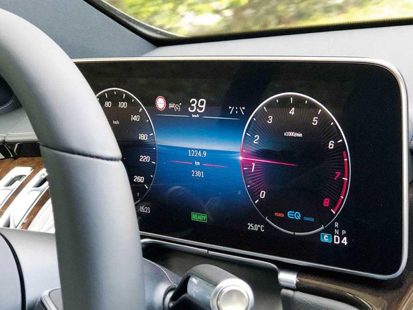 3D數位儀表具備「眼球追蹤技術」,是劃時代的新科技。(圖王永泰攝)