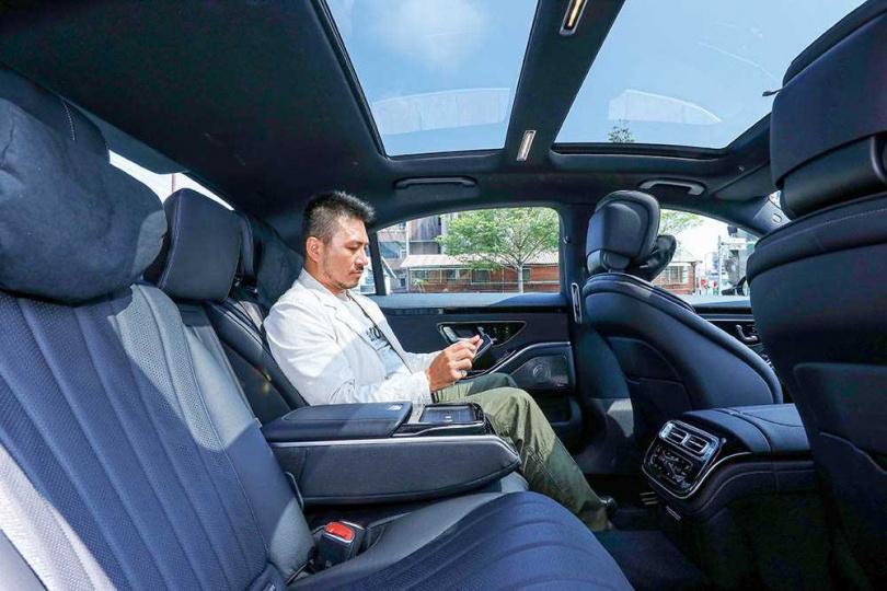 長軸版S450L後座空間極為寬敞,扶手內配置的平版電腦,可用來操控座椅、空調、音響,也可單獨當平版電腦使用。(圖/王永泰攝)