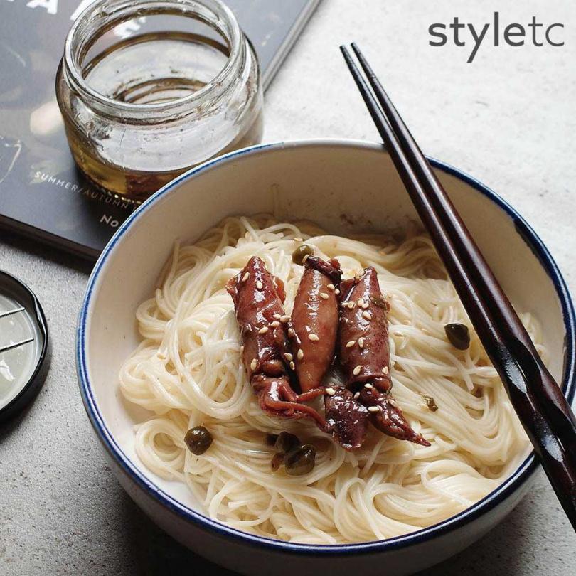 東北小捲經輕油炸後、透過芥花油保存厚實海鮮風味,並以酸豆介入一絲明亮風味,拌麵線或粥品,都很適合。(油漬酸豆小捲/360元)(圖/品牌提供)