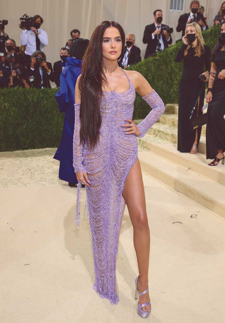 從電影《吸血鬼學院》起家的新生代女星柔伊德區(Zoey Deutch),則身穿藕紫色鏤空禮服,佩戴海瑞溫斯頓鑽石珠寶,性感驚艷全場。(圖╱HARRY WINSTON提供)