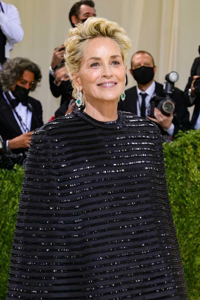 莎朗史東(Sharon Stone)佩戴蕭邦鑽石作品,出席2021 Met Gala晚宴紅毯。(圖╱Chopard提供)