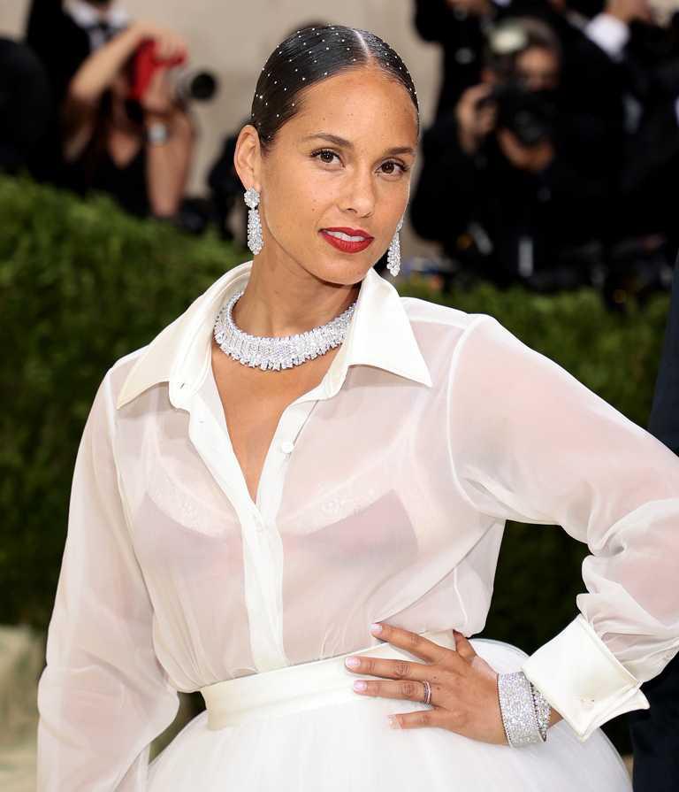 艾莉西亞凱斯(Alicia Keys)身穿AZ Factory白紗禮服,佩戴梵克雅寶白鑽高級珠寶作品,,極盡典雅奢華。(圖╱Van Cleef & Arpels提供)