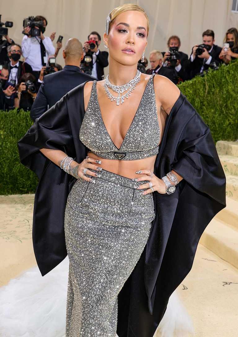 歌手芮塔歐拉(Rita Ora)身穿PRADA銀色亮片禮服,佩戴DE BEERS Jewellers鑽石珠寶,渾身散發璀璨光芒。(圖╱DE BEERS提供)