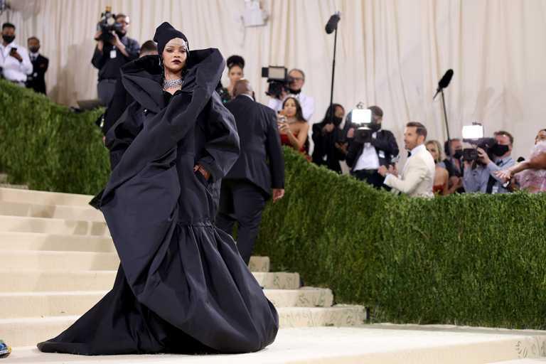 蕾哈娜(Rihanna)佩戴總重超過267克拉的寶格麗頂級珠寶及「Heritage典藏」系列作品,出席2021 Met Gala晚宴紅毯。(圖╱BVLGARI提供)
