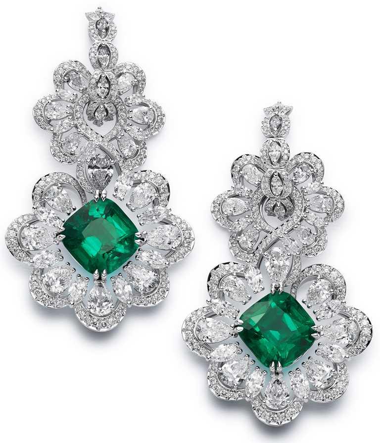Chopard「Precious Lace」系列,獲公平採礦認證之18K白金耳環,鑲嵌一對總重13.41克拉的枕形切割祖母綠,和13.77克拉的鑽石。(圖╱Chopard提供)