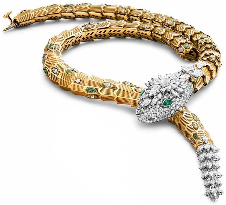 BVLGARI「Serpenti」系列,頂級鑽石與祖母綠項鍊,頂級黃K金與白K金項鍊,鑲嵌55顆馬眼形切割鑽石(總重約10.23克拉)、71顆圓形明亮切割及梨形切割祖母綠(總重約2.00克拉)與密鑲鑽石(總重約8.64克拉)。(圖╱BVLGARI提供)
