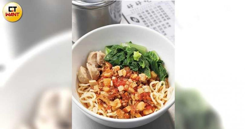 最受歡迎的「招牌番茄拌麵」,天天都有粉絲來吃。(65元/碗)(攝影/于魯光)