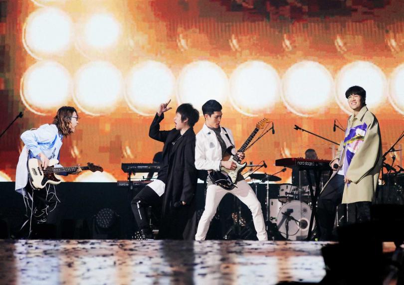 宇宙人同門師兄五月天阿信特來擔任演唱會嘉賓,一同合唱〈陪我玩〉、〈離開地球表面〉。(圖/相信音樂提供)