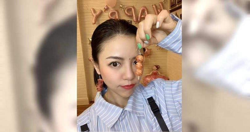 丁噹收到蕭秉治送的肉串耳環生日禮,希望她能鮮肉成串脫單成功。(圖/相信音樂提供)