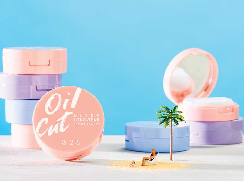 1028 Oil Cut!超吸油蜜粉餅 #膚色、#透明、#紫微光 5g/189元  3款色選分別可營造自然無瑕、柔焦亮白與微光嫩白妝感。(圖/品牌提供)