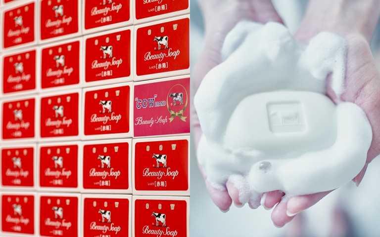 牛乳石鹼紅盒皂 100g/45元  洗後還帶有著清新又迷人的玫瑰花香,難怪會獲得女孩青睞。(圖/品牌提供)