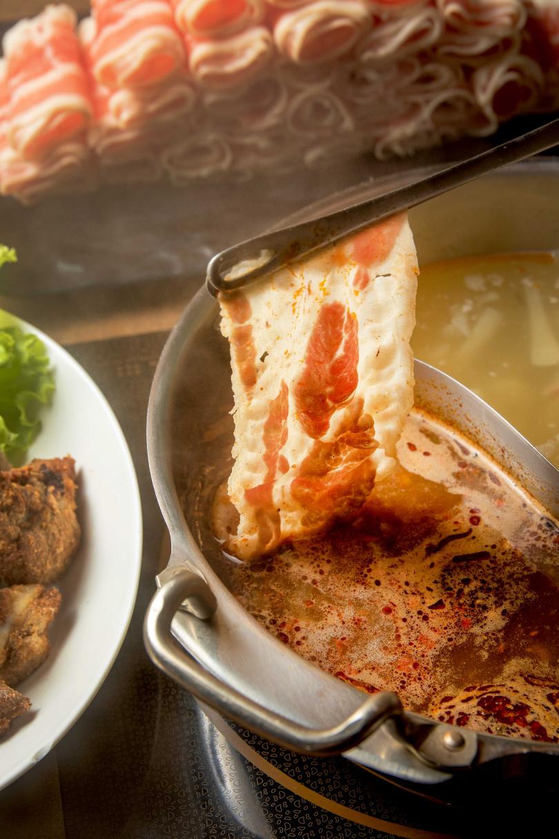 費時費工的麻辣湯頭噴香,很適合涮肉片。