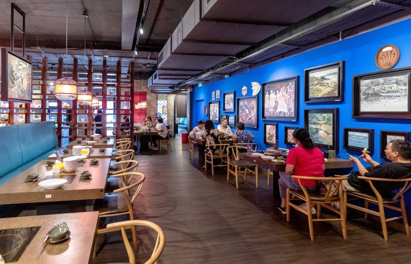 用餐空間可看見的許多畫作,全出自老闆之手。