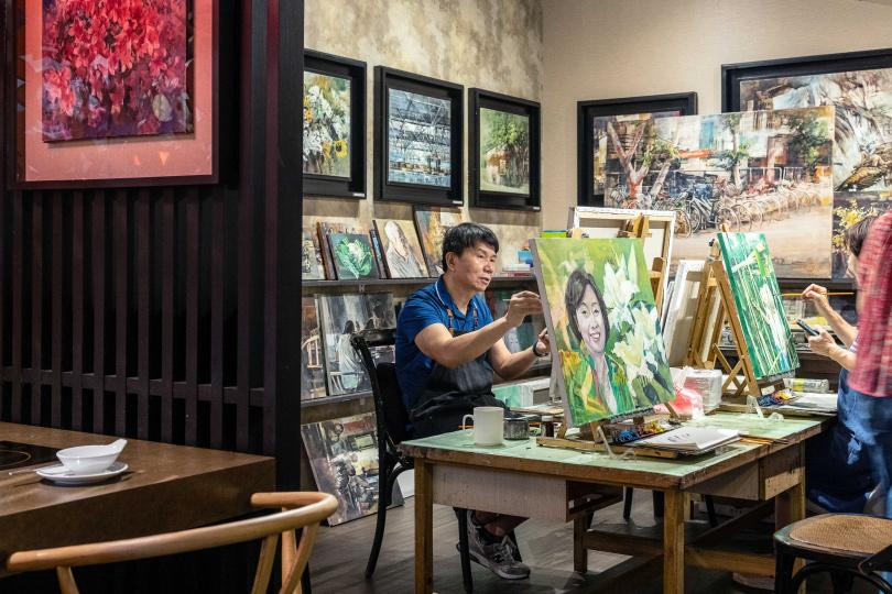 店內一隅保留原有的藝術工作坊,每週二、四下午仍有小班制油畫教學。