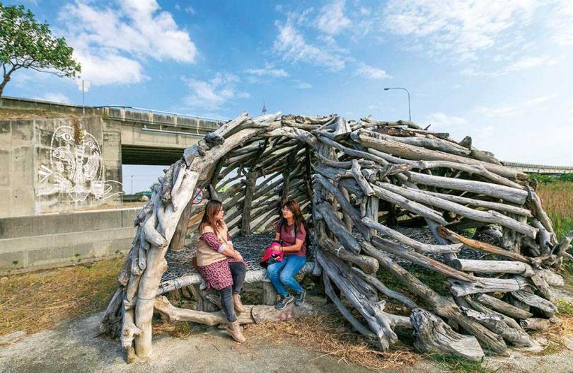 藝術家李蕢至以漂流木創作的《海螺》是2020年新作,用以表達溼地生物的多樣性。(圖/林士傑攝)
