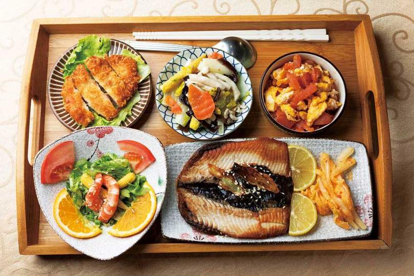 「甘苦人餐廳」的「虱目魚腹套餐」,能嘗到無刺虱目魚腹與加了蝦仁的花枝排,還有鮮甜的當令時蔬。(350元/套餐)(圖/林士傑攝)
