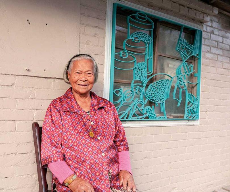 梧北社區的鐵花窗作品《廟前柑仔店》,細緻地做出了糖果罐的造型,也刻畫出李林選阿嬤的人生。(圖/林士傑攝)