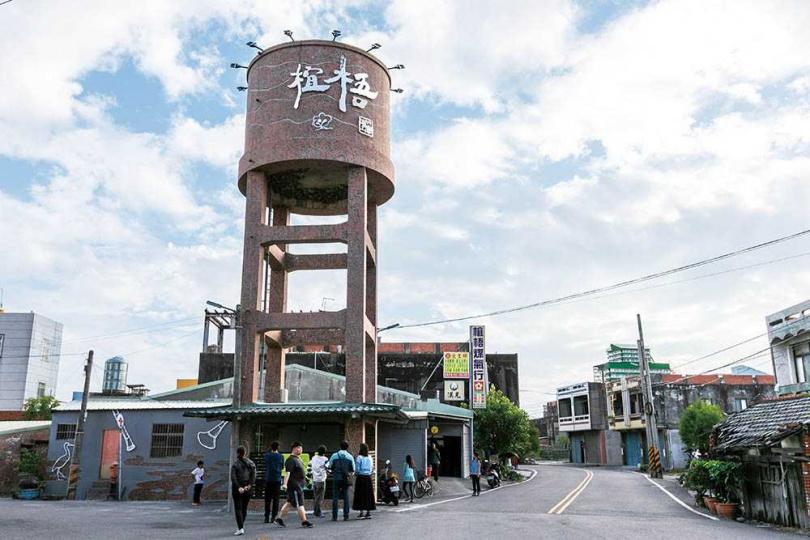 「椬梧水塔」底部不只是小雨燕棲息地,還以「家」的意涵進行瓦片拼貼的藝術改造。(圖/林士傑攝)