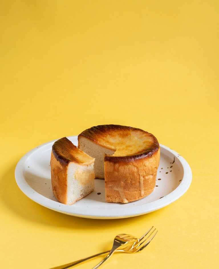 「PABLO杏桃乳酪麵包」。內餡使用紐西蘭Cream Cheese為基底並加入PABLO獨家的杏桃醬與純杏桃果泥拌合製成的果醬,讓餡料充份散發出清甜杏桃風味。(35元)