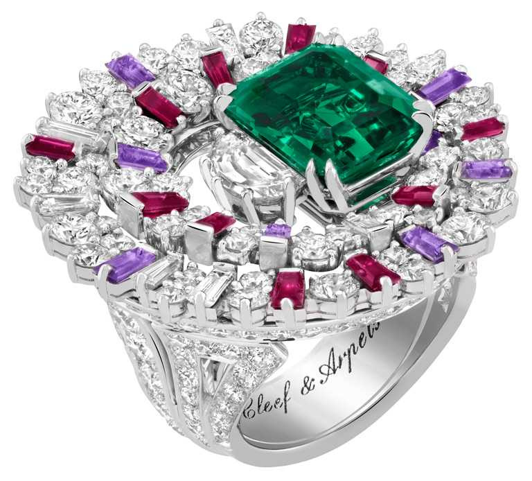 Van Cleef & Arpels「Sous les Etoiles」系列高級珠寶,Aspiration Astrale戒指,白K金、鉑金鑲嵌,1顆6.03克拉祖母綠式切割祖母綠(尚比亞)、紅寶石、淡紫色藍寶石、鑽石╱24,800,000元。(圖╱Van Cleef & Arpels提供)