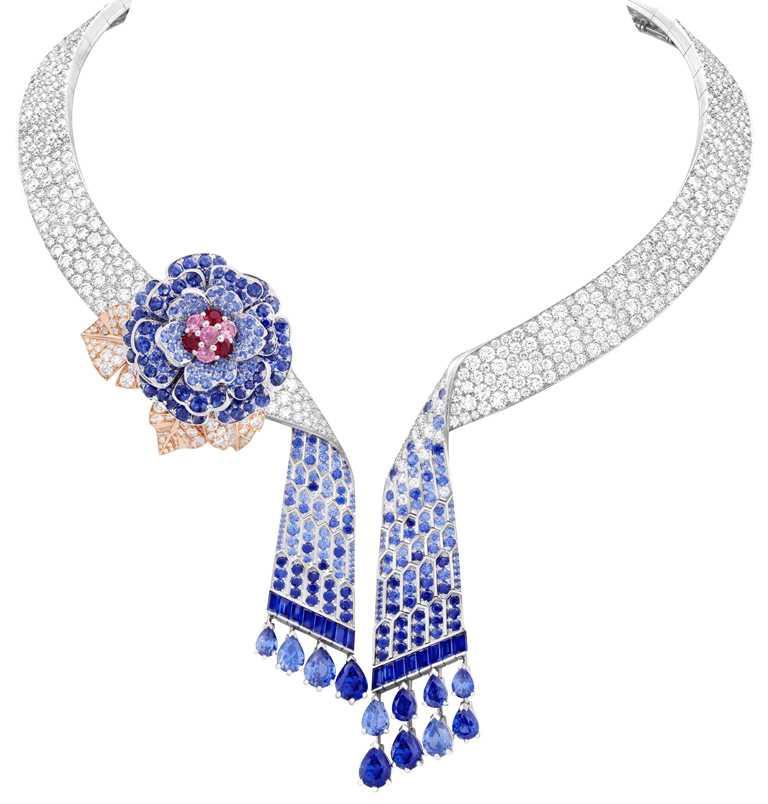 Van Cleef & Arpels「Flowers」系列,Rose Montague項鍊及可拆式胸針,白K金、玫瑰金鑲嵌,7顆共重10.71克拉的梨形藍寶石(馬達加斯加和莫桑比克)、紅寶石、藍色和粉紅色藍寶石及鑽石╱價格店洽。(圖╱Van Cleef & Arpels提供)