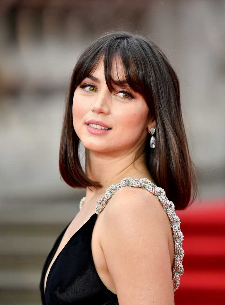 新任「龐德女郎」安娜德哈瑪斯,佩戴蕭邦明亮梨形切割鑽石耳環,亮麗出席電影《007:生死交戰》英國首映。(圖╱Chopard提供)