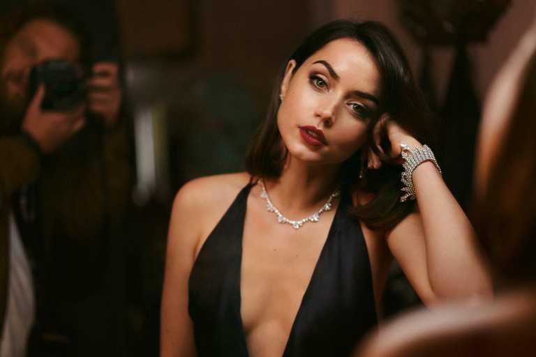 新任「龐德女郎」安娜德哈瑪斯,在電影《007:生死交戰》中佩戴蕭邦「Green Carpet」系列頂級訂製珠寶,展現睿智風采。(圖╱Chopard提供)