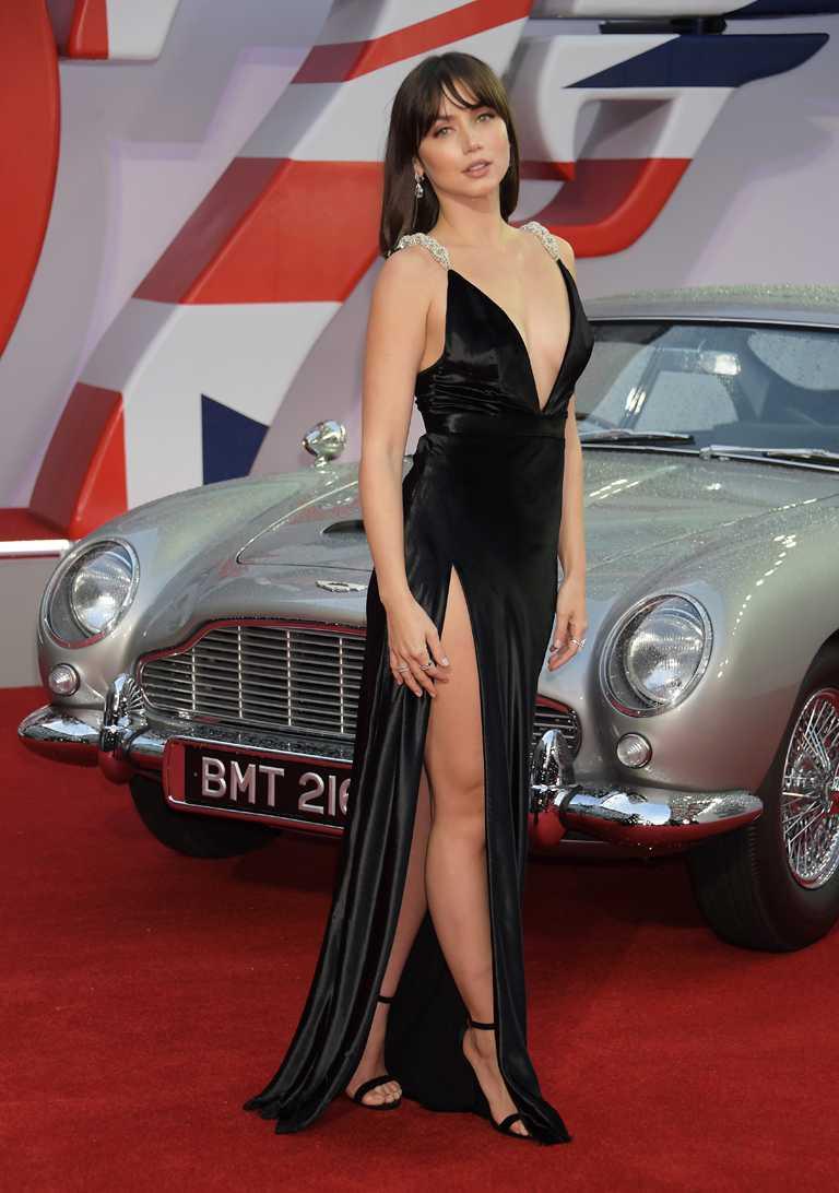 古巴女演員安娜德哈瑪斯,身穿Louis Vuitton超深V高衩訂製禮服,佩戴蕭邦珠寶作品,出席電影《007:生死交戰》英國首映。(圖╱Chopard提供)
