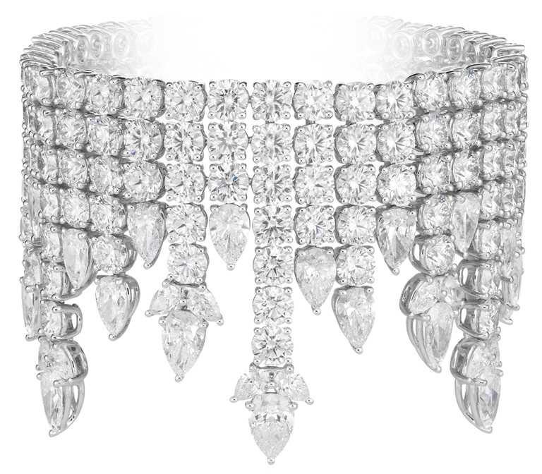 Chopard「Green Carpet」系列頂級訂製手環,18K道德金白金手環,鑲嵌總重82克拉明亮式切割和梨形鑽石。(圖╱Chopard提供)