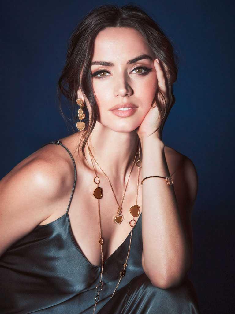 新任「龐德女郎」安娜德哈瑪斯,為蕭邦與007聯名的「Happy Hearts - Golden Hearts」系列珠寶性感代言。(圖╱Chopard提供)