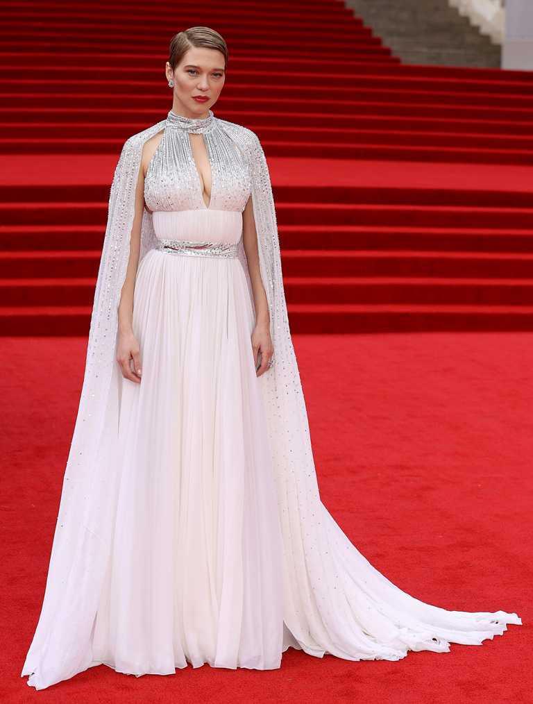 法國女星蕾雅瑟杜,身穿Louis Vuitton披風式珠繡訂製禮服,佩戴蕭邦「The Haute Joaillerie」系列和「Precious Lace」系列珠寶作品,出席電影《007:生死交戰》英國首映。(圖╱Chopard提供)