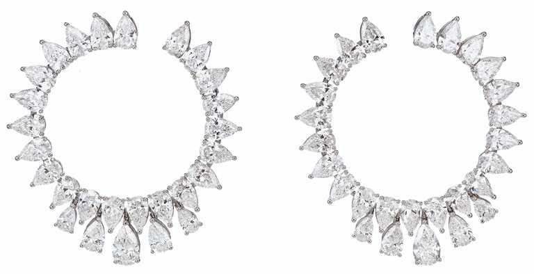 Chopard「Green Carpet」系列頂級訂製耳環,18K道德金白金耳環,鑲嵌總重14克拉梨形鑽石。(圖╱Chopard提供)