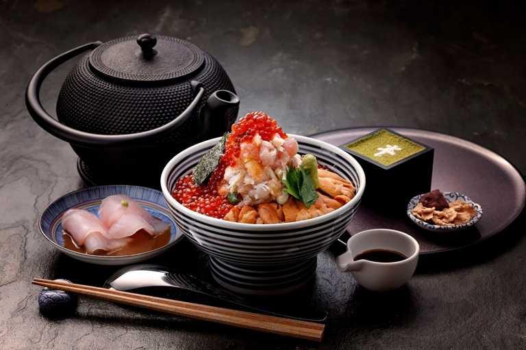 「日本橋海鮮丼辻半」憑五倍券或微風會員點數,消費滿2000元送400元抵用券。