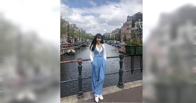 黃心娣到荷蘭度假欣賞運河風景。 (圖/周子娛樂提供)
