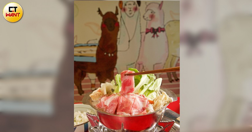 匈牙利國寶「綿羊豬」肉片鍋,肉香且湯頭養生!(390元,附白飯)。(圖/施岳呈攝)