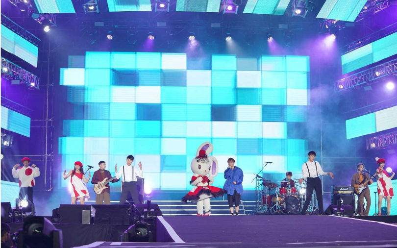 .noovy 與特別嘉賓「雪鈴兔波波」一起演出混音版〈愛 · Sharing〉,可愛的表演萌翻全場。(圖/中天提供)