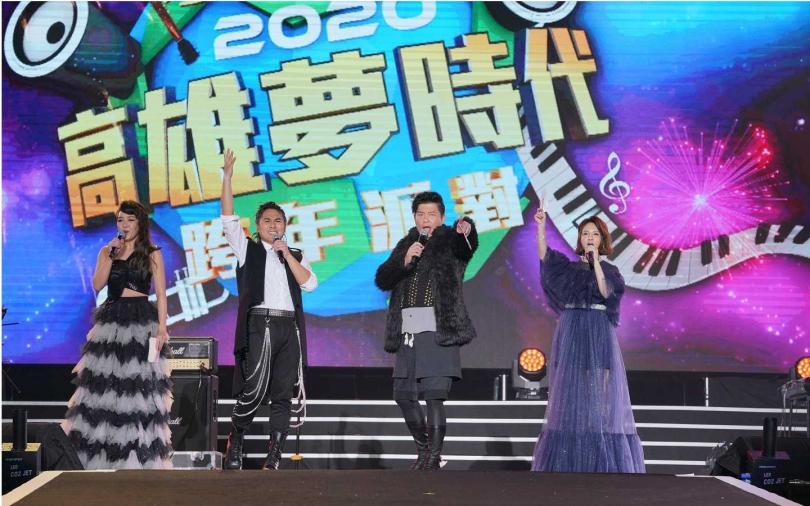 .南台灣最盛大的跨年盛會「愛‧Sharing2020高雄夢時代跨年派對」由曾國城、王仁甫、路嘉怡、郭靜擔綱主持。(圖/中天提供)