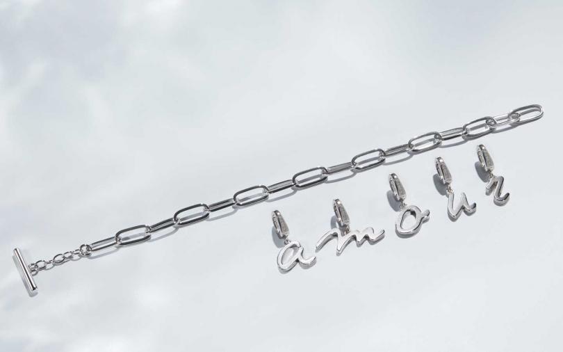 字母墜飾可與造型吊牌相互配搭,垂掛於項鍊、手鍊上,展現個人特色!(圖/agnès b.)