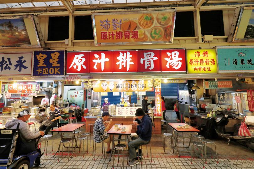 「沛對原汁排骨湯」,充滿懷舊的用餐氛圍。(圖/于魯光攝)