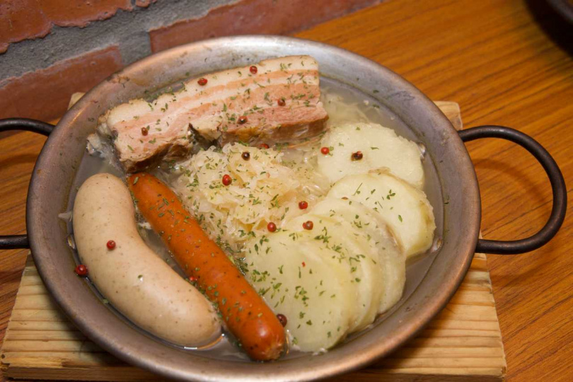阿爾薩斯酸菜香腸燉肉鍋。(圖/ABV地中海餐酒館提供)