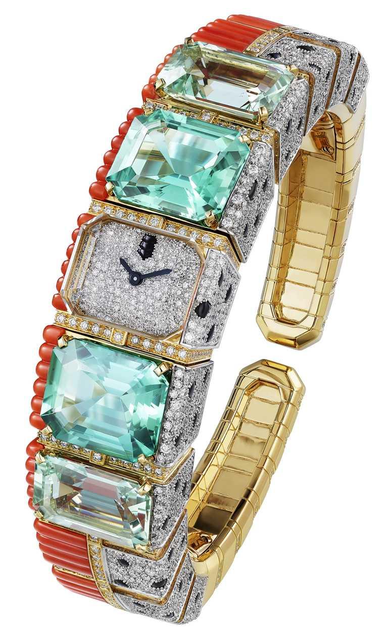 Cartier「[SUR]NATUREL系列」頂級珠寶,PANTHÈRE TROPICALE珠寶腕錶╱藍色碧璽、海水藍寶、珊瑚、縞瑪瑙、白鑽。(圖╱Cartier提供)