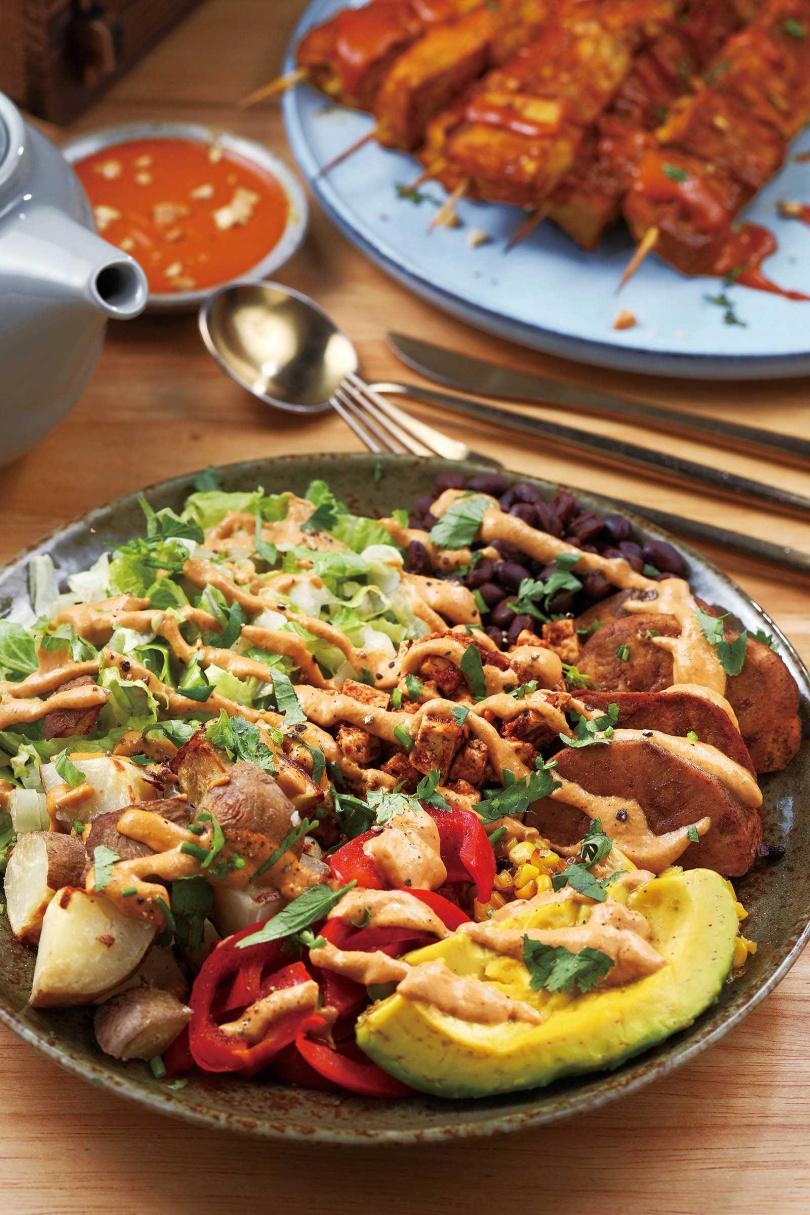 食材種類豐富的「烤豆腐蔬菜墨西哥辣椒醬沙拉」,最特別的是用黑糖粉與肉桂醃漬過的地瓜,又香又唰嘴。(450元)(圖/于魯光攝)