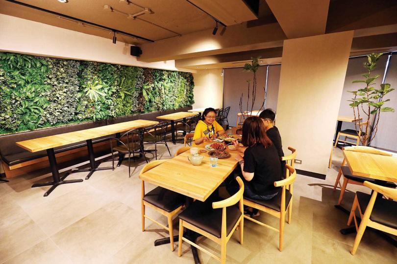 「Herbivore復興店」用木質桌椅與綠意擺設營造自然感受。(圖/于魯光攝)