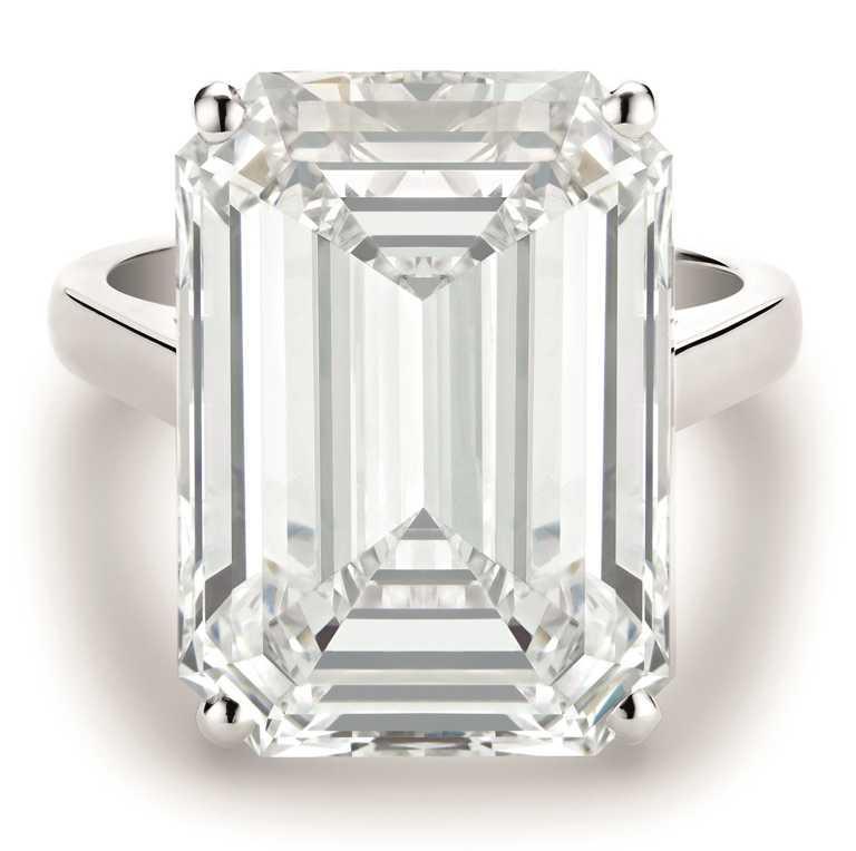 DE BEERS「DB Classic」系列,頂級珠寶鉑金祖母綠式切割鑽石戒指╱146,200,000元。(圖╱DE BEERS提供)
